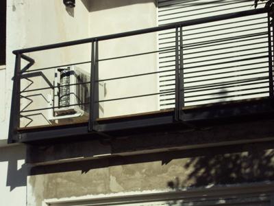 Balc n de hierro en voladizo de l neas austeras y estilo moderno y despojado - Barandas de hierro modernas ...