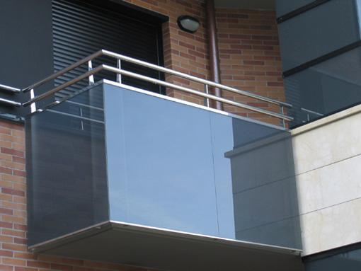 Balc n en acero inoxidable y vidrio blue sky estilo for Modelos de balcones modernos para casas
