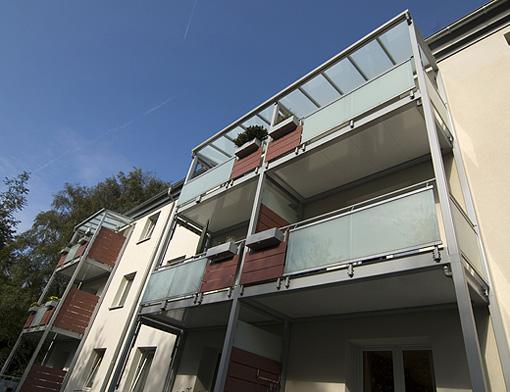 Balcones met licos con baranda sostenidos por estructura for Balcones minimalistas fotos