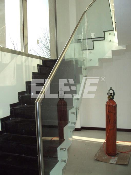 Baranda de vidrio con insertos y pasamanos de acero for Barandas de vidrio y acero