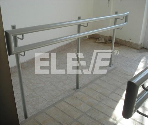 Baranda de hierro con doble altura de pasamanos en rampa for Escalera discapacitados
