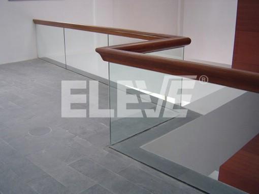 Baranda de vidrio empotrada con remate superior de - Baranda de madera ...