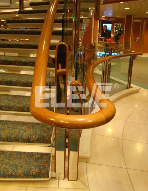 Baranda de vidrio y madera con apliques de acero - Baranda de madera ...