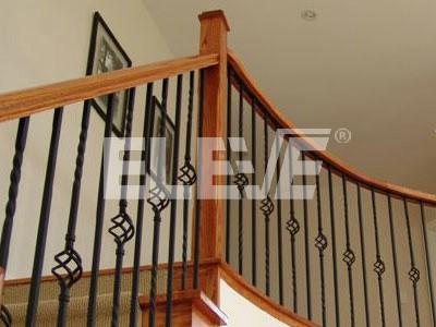 Baranda con fustes de hierro y pasamanos de madera - Barandas para escaleras de hierro ...