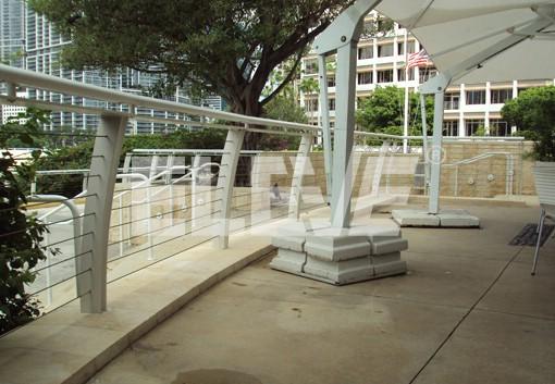 Baranda minimalista de vidrio templado e insertos de acero for Barandas para terrazas