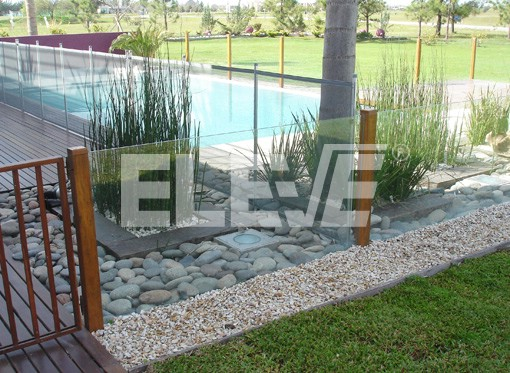 Cerramiento de protecci n para piscina en madera y vidrio for Piscina sainz de baranda
