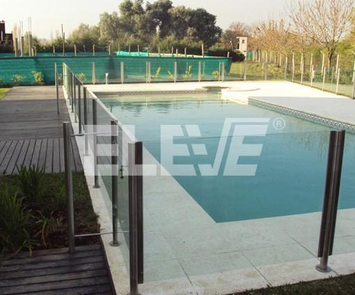 Baranda sobre solado perimetral de piscina construida en for Piscina acero inoxidable