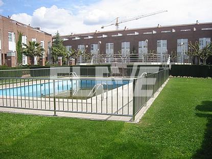 Protecci n de hierro con l neas verticales for Proteccion de piscinas