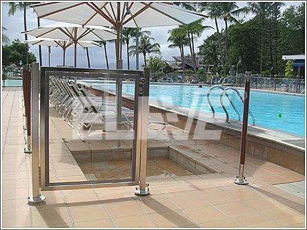 Protecci n para piscina que combina columnas de madera con for Proteccion de piscinas