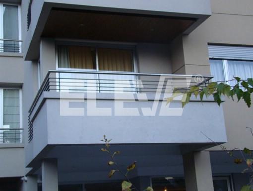 Baranda de acero inoxidable y l neas horizontales for Balcones minimalistas fotos