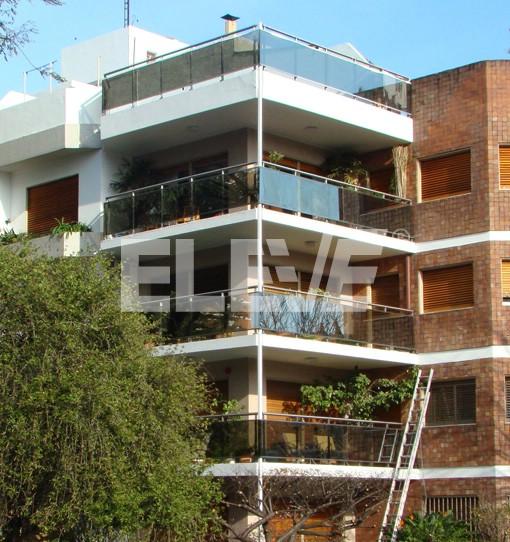 Baranda de acero inoxidable con vidrio laminado reflectivo Balcones madera exterior