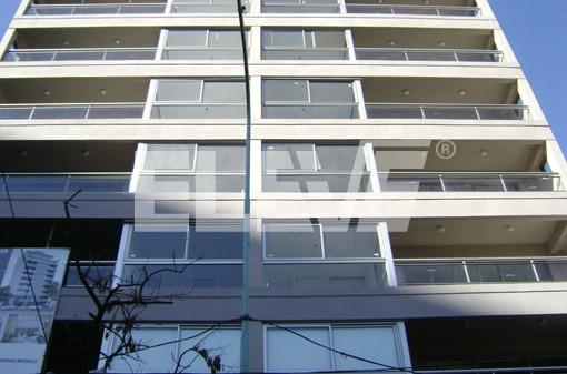 Baranda de acero inoxidable y vidrio en edificio de oficinas for Barandas de vidrio y acero