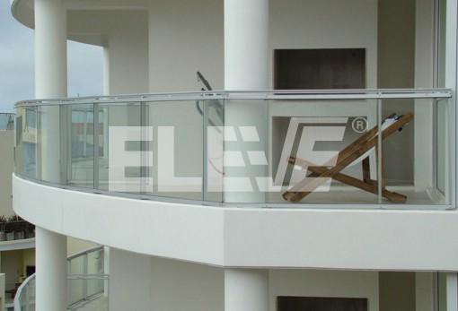 Baranda curva con estructura de aluminio y vidrio facetado - Barandas de aluminio ...
