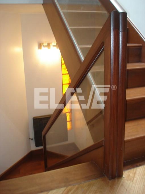 Baranda de escalera de vidrio laminado con marco de madera - Escaleras de cristal y madera ...