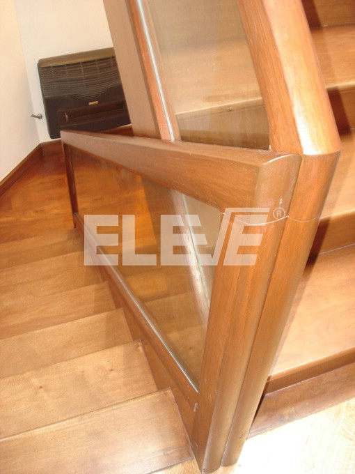 Baranda de escalera de vidrio laminado con marco de madera - Barandas para escaleras de madera ...