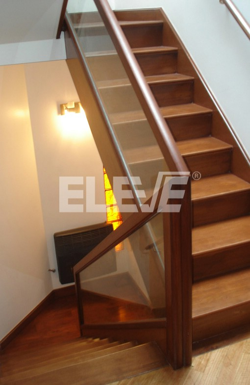 Baranda de escalera de vidrio laminado inserto en un marco de madera - Baranda de madera ...