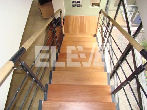 Baranda de acero inoxidable con pasamano de madera - Barandas de escaleras de madera ...