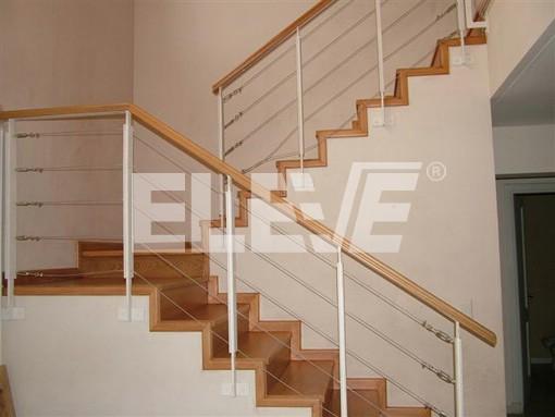 Baranda con parantes de hierro cables de acero y tensores - Barandas para escaleras de madera ...