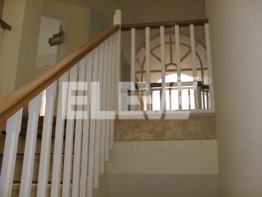 Baranda de madera con l neas verticales - Escaleras con peldanos de madera ...