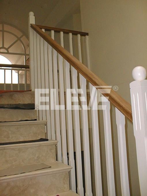 Baranda con balustres de madera pintada pasamano de madera natural - Barandas de madera para escaleras ...