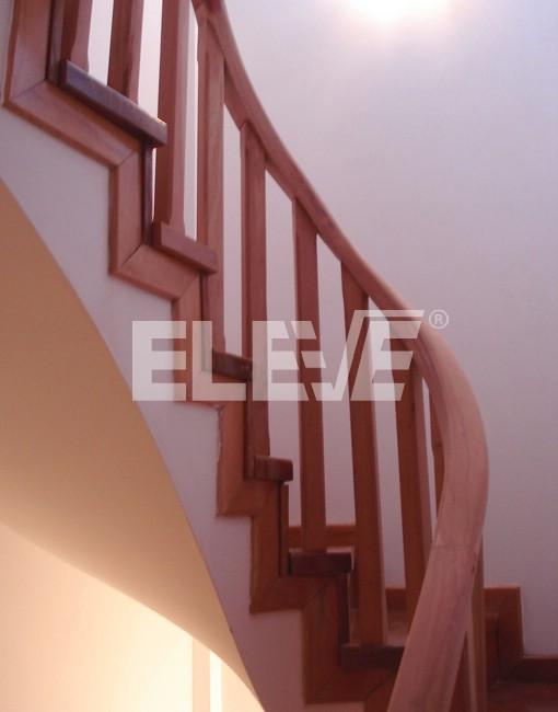 Baranda de madera de balustres y balustrines simples y austeros - Barandas de madera para escaleras ...