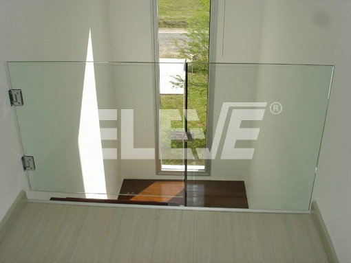 baranda recta de vidrio templado con puertas de acceso