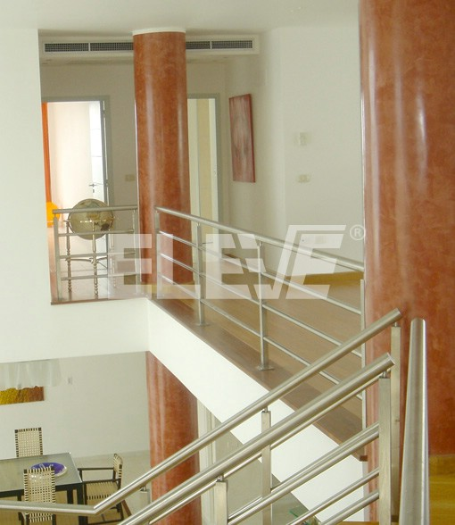 Baranda de acero inoxidable con parantes tubulares de for Barandas de terrazas modernas