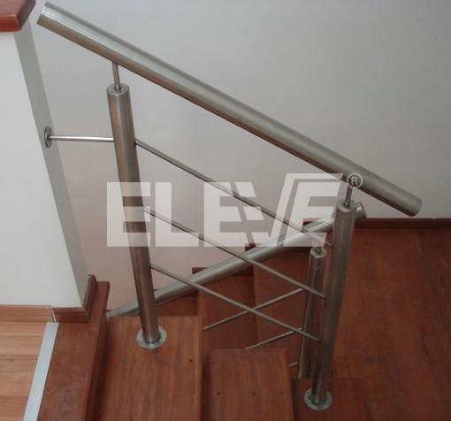 Baranda de acero inoxidable con parantes tubulares tomada for Barandas de vidrio y acero