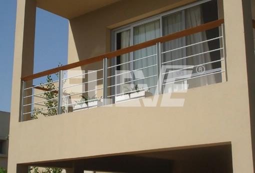 Baranda de balc n de hierro pintado con pasamano de madera for Balcones madera exterior
