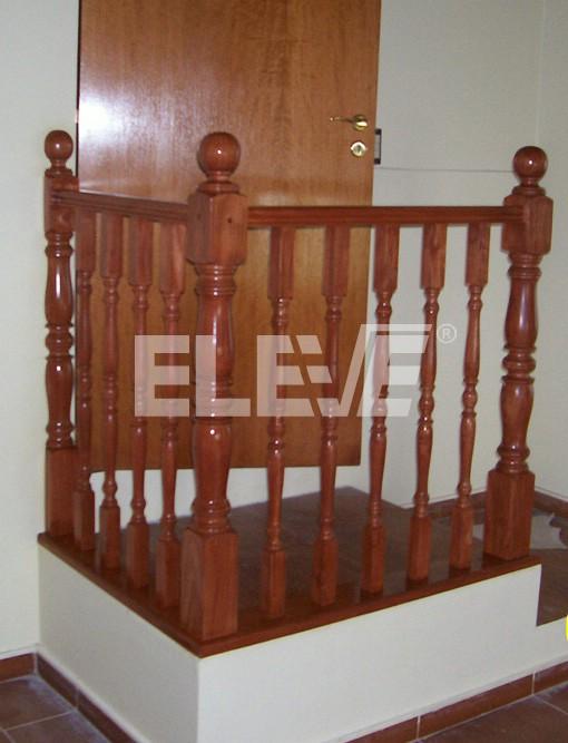 Baranda de balustres de madera torneados for Barandas de madera para escaleras interiores