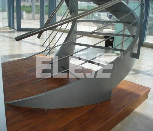 escalera sobre plataforma de madera contraste de materiales y formas curvas ue