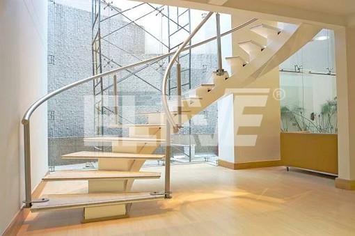 Escalera helicoidal con eje central de hierro y pelda os de madera - Escaleras con peldanos de madera ...