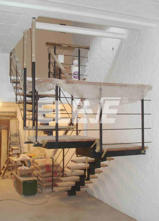 Escalera interior colgada por tensores sostenida en for Escalera de metal con descanso