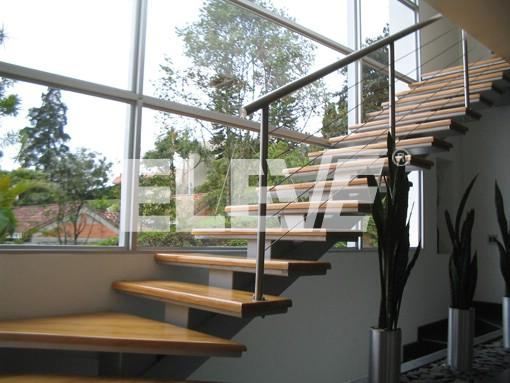 Escalera interior de dise o transparente frente a ventanal for Diseno de escaleras metalicas de interior