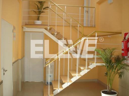 Escalera interior liviana y transparente integrada a la for Escaleras de madera de dos tramos