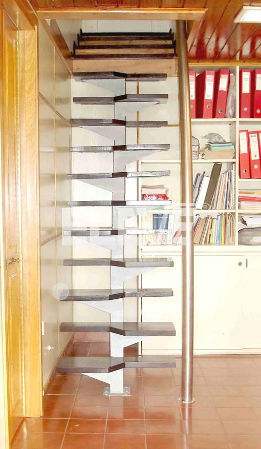escalera eje central con pelda os de pasos alternados para