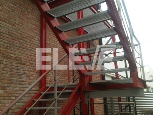 Escalera exterior con rejilla met lica anti deslizante de for Escalera metalica para exteriores