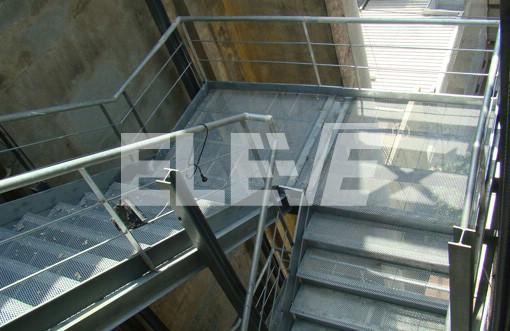 Escalera exterior de escape para incendio met lica for Escalera metalica para exteriores