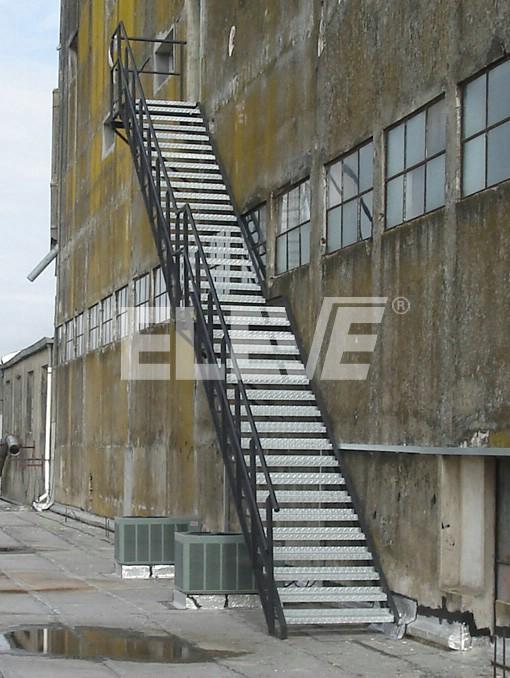 Fotograf a de escalera exterior de incendio met lica for Escalera metalica para exteriores