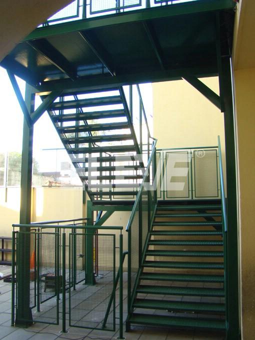 fotografa de escalera de escuela primaria con corralito metlico de proteccin ue