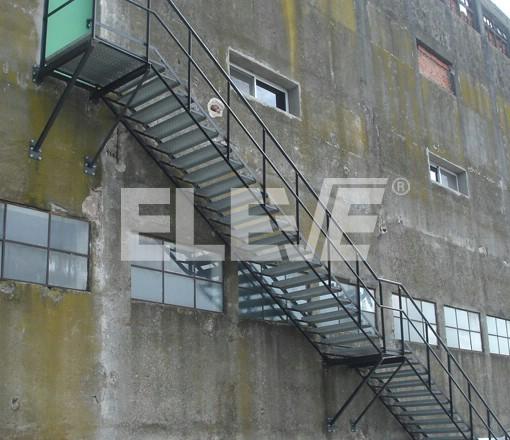 Escalera met lica de incendio con estructura reticulada for Escalera metalica para exteriores
