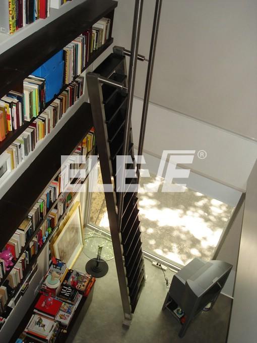 Escalera para biblioteca en living de doble altura con - Escalera de biblioteca ...