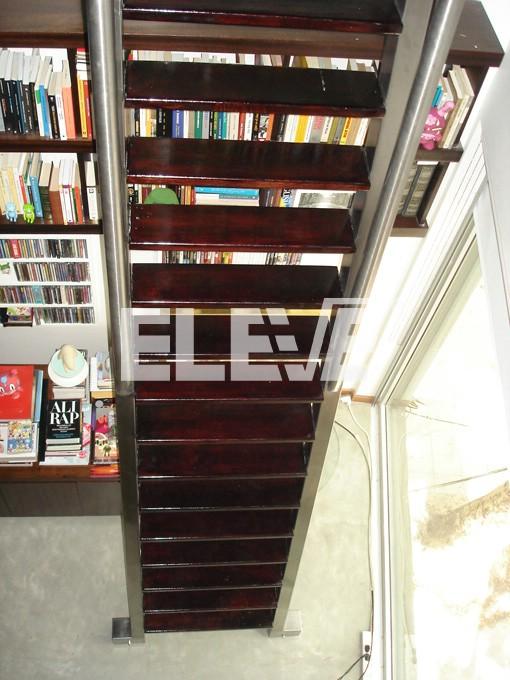 escalera corrediza en biblioteca estructura reforzada en acero inoxidable