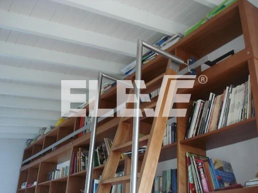 Escalera corrediza para biblioteca en madera con herrajes for Biblioteca debajo de la escalera