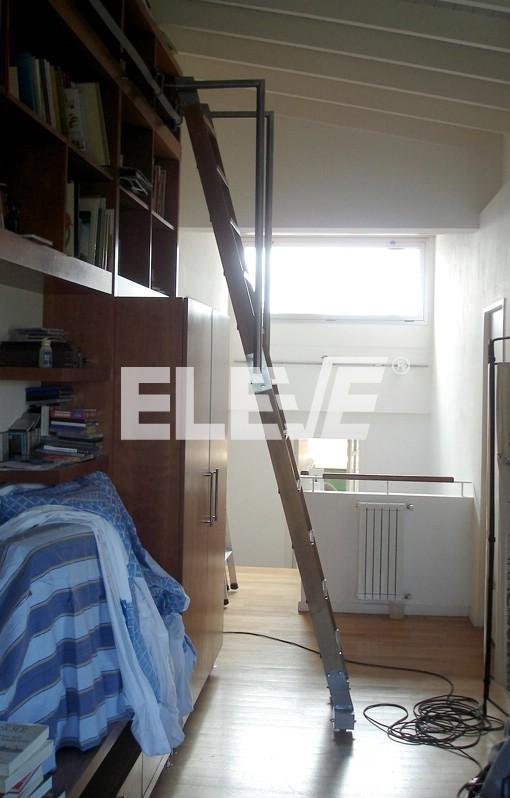 Escalera m vil desplazable para biblioteca estructura y - Peldanos de madera para escalera ...