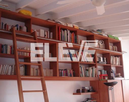escalera para biblioteca construida en madera al tono de