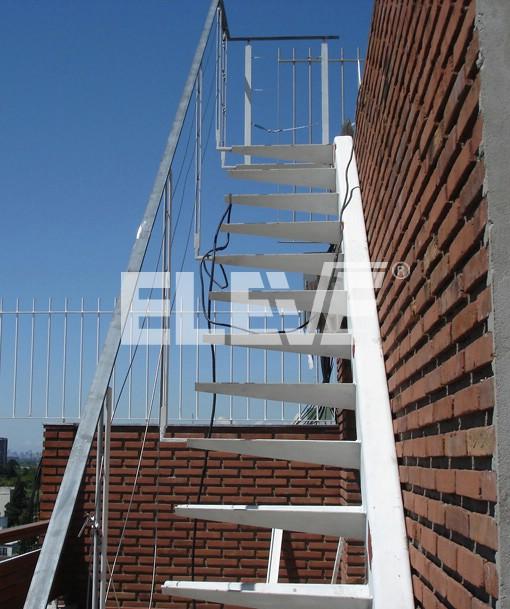 escalera exterior de hierro con peldaos en voladizo