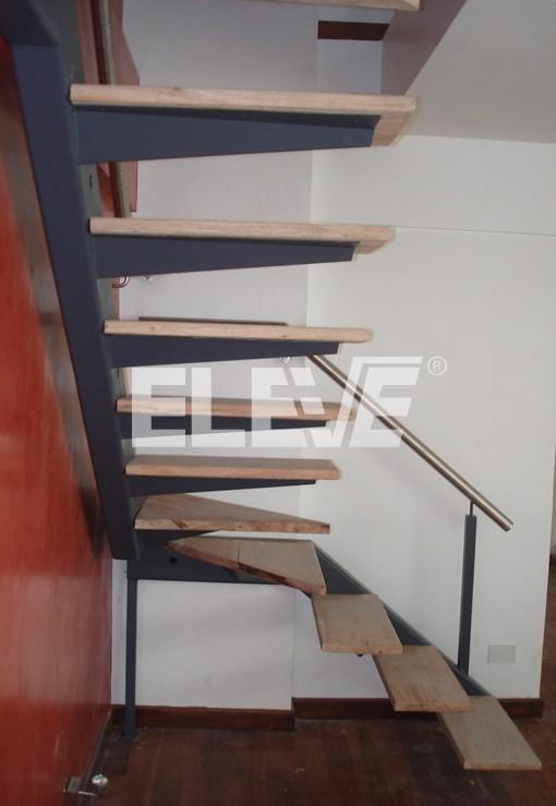 Escalera con apoyo en importante viga tubo de hierro for Como hacer una escalera de hierro para interior