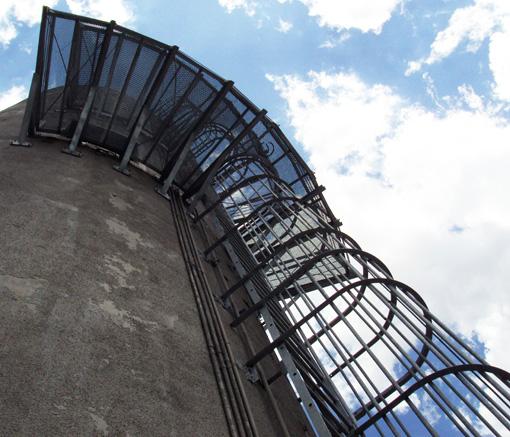 foto de escaleras tipo gato verticales en torre de tanque del alto palermo ue