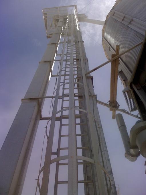 Escalera vertical de acceso a plataforma de trabajo for Escaleras de trabajo